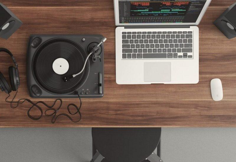 Une table tournante et un ordinateur portable sur une table de bois
