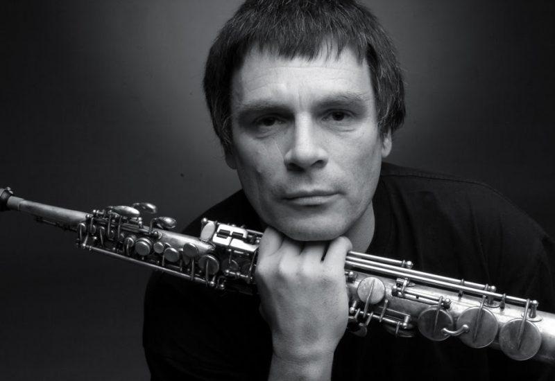 Yannick Rieu , hautbois à la main, en noir et blanc sur fond noir