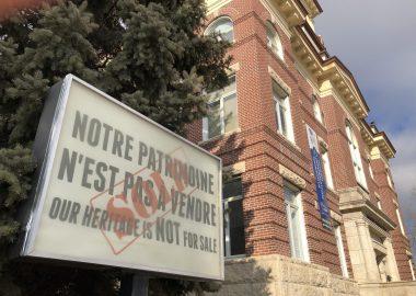 Un enseigne devant l'hotel de ville de Saint-Boniface dit : Notre patrimoine n'est pas à vendre.