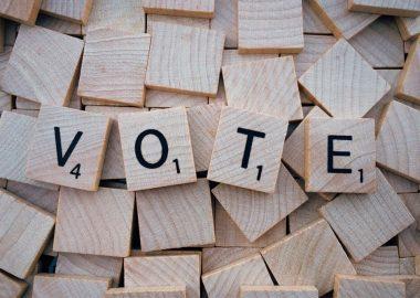 Le mot vote écrit sur des carrés de scrabble
