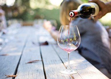 Un homme verse du vin dans un verre.