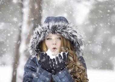 Jeune femme dans une forêt sous la neige