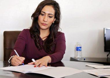 femme assise dans un bureau